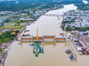 Cận cảnh 6 cống 'khổng lồ' dự án 10.000 tỉ ở cửa ngõ sông