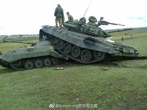 Hi hữu: Xe tăng T-72B tai nạn thảm khốc với thiết giáp BMP-2