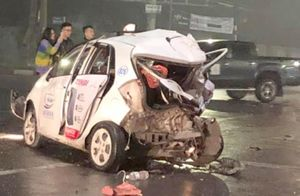 Xe bán tải đâm nát 2 xe taxi, nữ hành khách trẻ nguy kịch
