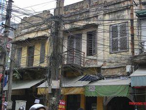 Hà Nội 'mạng nhện' dây điện, cáp viễn thông bủa vây người đi đường