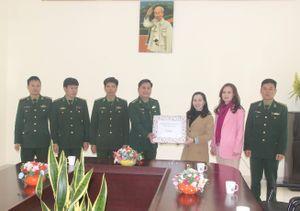 Tặng quà cho hội viên phụ nữ nghèo huyện Quan Sơn và Đồn Biên phòng Tam Thanh