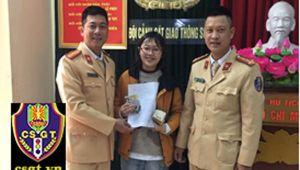 Hành động đẹp của 2 CSGT khiến nữ sinh viên Ngoại thương cảm kích