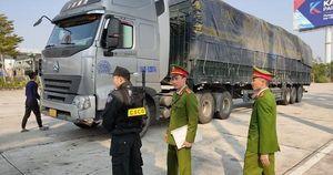 Cận cảnh vụ bắt giữ 14 xe container chở 300 tấn hàng lậu 'rồng rắn' từ Trung Quốc về