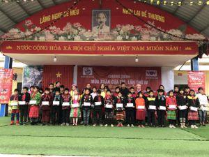 Hội Nhà báo Việt Nam tặng hàng trăm suất học bổng, quà Tết cho học sinh miền núi