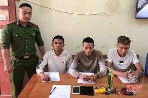 Bắt quả tang 3 thanh niên 'đập đá' trong ngôi nhà hoang ở Cẩm Xuyên