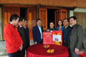 Phó Chủ tịch UBND tỉnh tặng quà tết cho các đối tượng chính sách tại Hương Khê