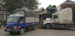 Nghệ An: Tông liên hoàn 2 xe tải đỗ cùng chiều, 1 người bị thương