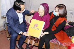 Lãnh đạo huyện Nghi Xuân tặng quà tết cho gia đình chính sách, người có công