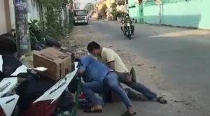 Cảnh sát áp sát, quật ngã đối tượng buôn lậu hàng ngàn viên pháo nổ