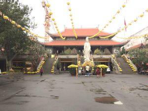 Người dân TPHCM cân nhắc đi lễ, nhiều chùa đóng cửa chờ thông báo mới