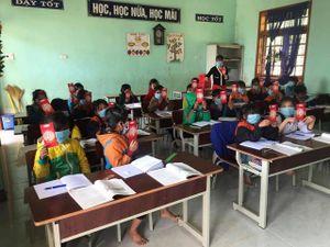 Nhiều xúc cảm trong ngày đầu trở lại trường của HS Nam Trà My
