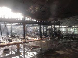 Hiện trường vụ cháy lớn thiêu rụi hàng chục ki ốt, phòng trọ và nhà dân ở Bình Dương