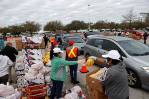Người dân Houston xếp hàng chờ lấy thức ăn trong thời tiết khắc nghiệt