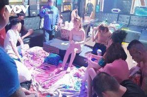 Bắt chủ quán karaoke tổ chức cho 17 thanh niên 'thác loạn' ma túy