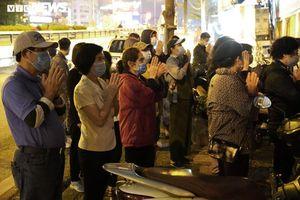 Chùa Phúc Khánh làm lễ cầu an trực tuyến, nhiều người đứng bên ngoài vái vọng