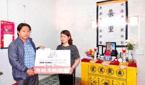 Trao quà hỗ trợ gia đình hai công dân cứu người đuối nước