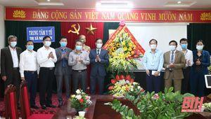 Phó Chủ tịch UBND tỉnh Đầu Thanh Tùng chúc mừng Trung tâm Y tế thị xã Nghi Sơn và Trung tâm Y tế huyện Quảng Xương
