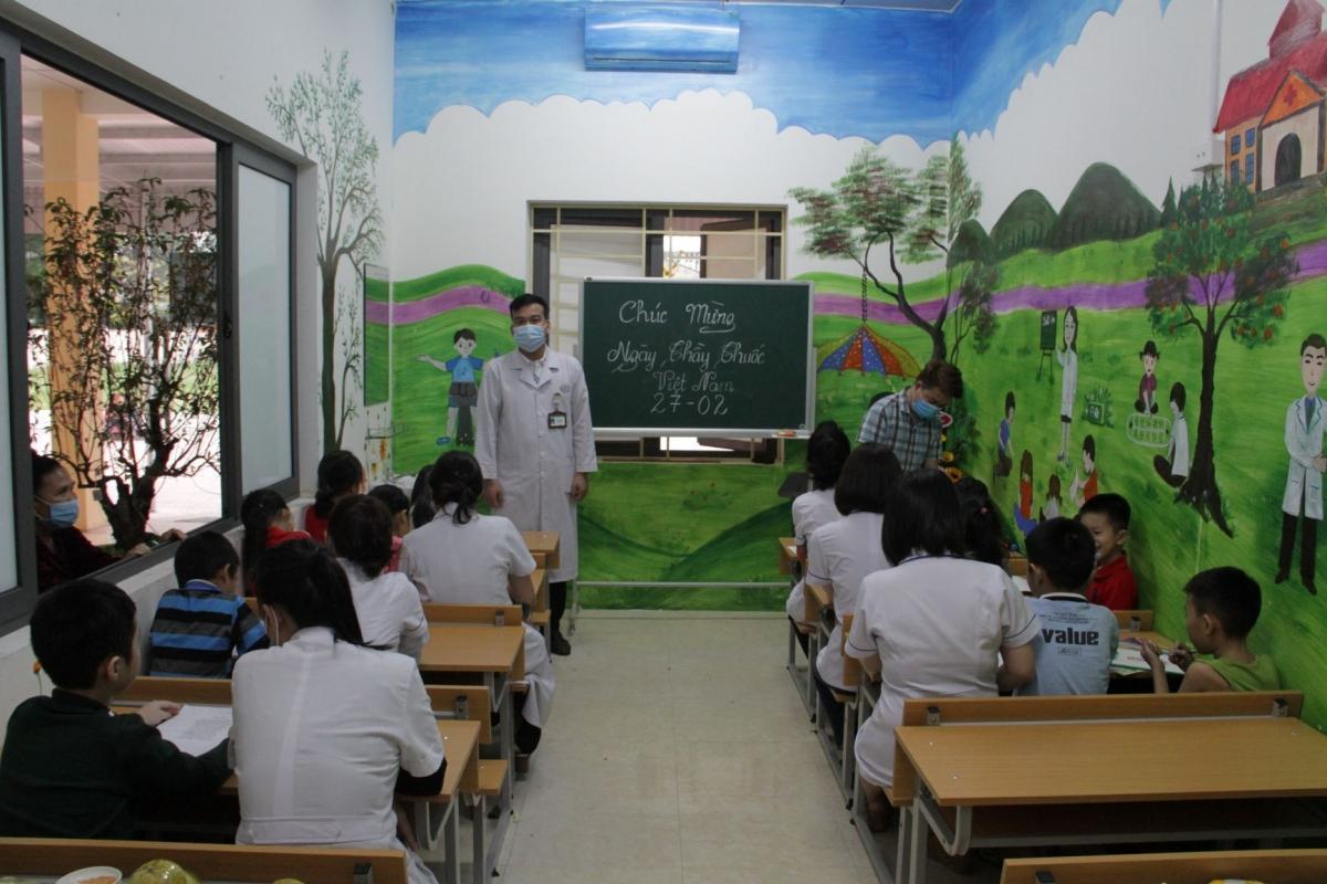Lớp học đặc biệt ở Nghệ An nơi bác sĩ là thầy, bệnh nhân là trò