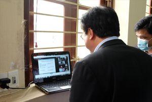 Dạy học trực tuyến, giáo viên vất vả hơn