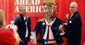 Tượng vàng Donald Trump cao 1 mét 8 xuất hiện, gây sự chú ý