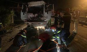 Xe tải tông đuôi ô tô đậu ven đường, 3 người thương vong