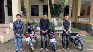 Nhóm thanh niên bốc đầu xe máy, khoe trên mạng xã hội