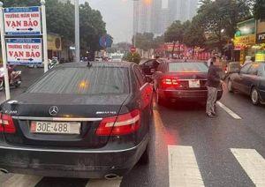 CSGT tạm giữ hai xe Mercedes cùng chung một biển số ở Hà Nội