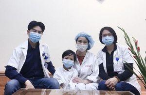 Bệnh nhi ghép tim nhỏ tuổi nhất Việt Nam ra viện