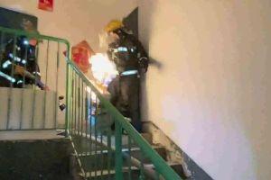Clip: Lính cứu hỏa dũng cảm xách bình gas đang cháy phừng phừng ra khỏi tòa nhà