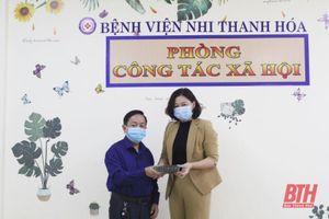 Vợ chồng bác sỹ ủng hộ 200 triệu đồng cho CLB 'Dĩa cơm trên tường Thanh Hóa'