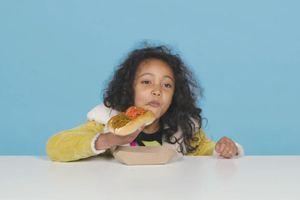 Trẻ em thử món ăn đường phố Nhật Bản