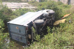Xe tải lao xuống cánh đồng muối, tài xế phá cửa thoát ra ngoài