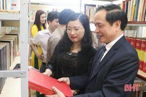 Phó Giáo sư, Tiến sỹ Nguyễn Quang Liệu trao tặng sách và quỹ khuyến học cho xã Thạch Trị