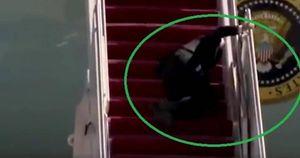 Tổng thống Mỹ Joe Biden ngã 3 lần liên tiếp khi lên thang máy bay