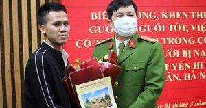 Tài xế Nguyễn Ngọc Mạnh trào nước mắt khi được bé gái rơi từ tầng 12 gọi bố