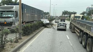 Va chạm với xe container cùng chiều, ô tô con húc đổ dải phân cách rồi xoay 180 độ