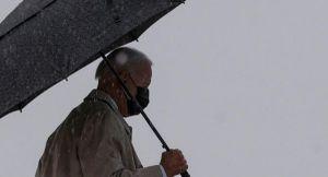 Tổng thống Biden bị vấp khi bước lên chuyên cơ Không lực Một