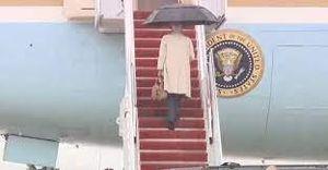 Tổng thống Biden lại suýt ngã cầu thang Không lực Một