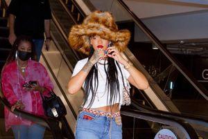 Rihanna mặc quần jeans 15.000 USD đi mua sách