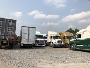 Hàng loạt bãi xe container tự phát dọc tuyến đường huyết mạch ở Bình Dương