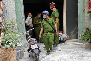Dân phá cửa chữa cháy nhà 3 tầng ở TP Hồ Chí Minh