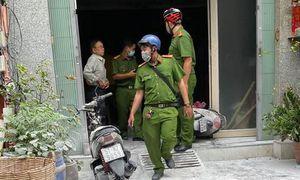 Nhà 3 tầng bốc cháy, người dân leo sân thượng đập cửa vào chữa cháy