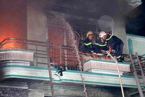 Cháy nhà 3 tầng ở TP.HCM, 5 người thoát chết