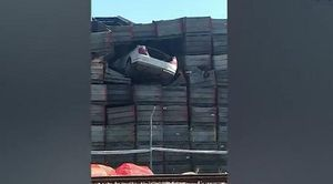 Ô tô bay 'cắm đầu' vào bức tường cao 10 mét