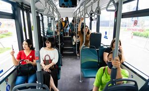 Khám phá xe buýt điện đầu tiên tại Việt Nam với trải nghiệm 'cực chất'