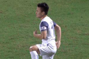 Quang Hải ăn mừng lạ khi ghi bàn phản công