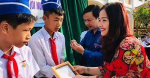 Ba học sinh lao ra biển cứu người được tặng huy hiệu 'Tuổi trẻ dũng cảm'