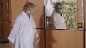 Cô gái đắp mặt nạ giật thót khi thấy mình trong gương