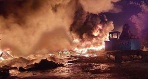 Cháy kho thiêu rụi hàng trăm tấn vải vụn ở Tiền Giang