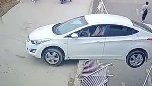 Nữ tài xế lùi xe húc bay hàng rào, treo lơ lửng trên đường